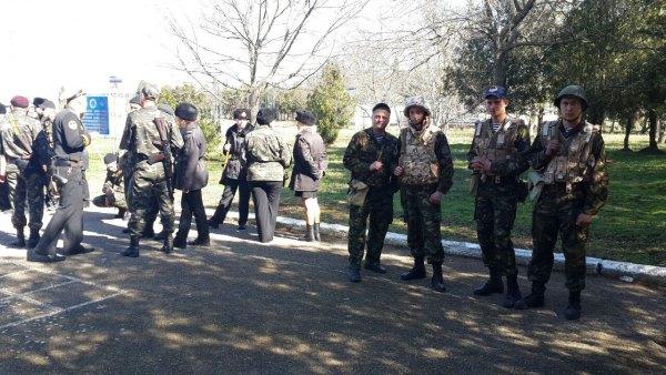 Українські офіцери тримають оборону