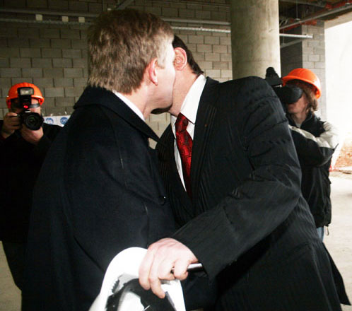 Фото целующихся и раздевающихся мужчин и женщин которые люди никогда не видели фото 729-385